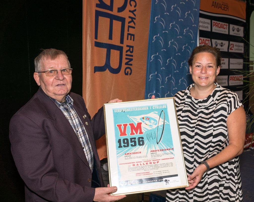Dan Reinhardt overækker en plakat fra VM i 1956, som blev afholdt i Ballrup - som gave til klubben.
