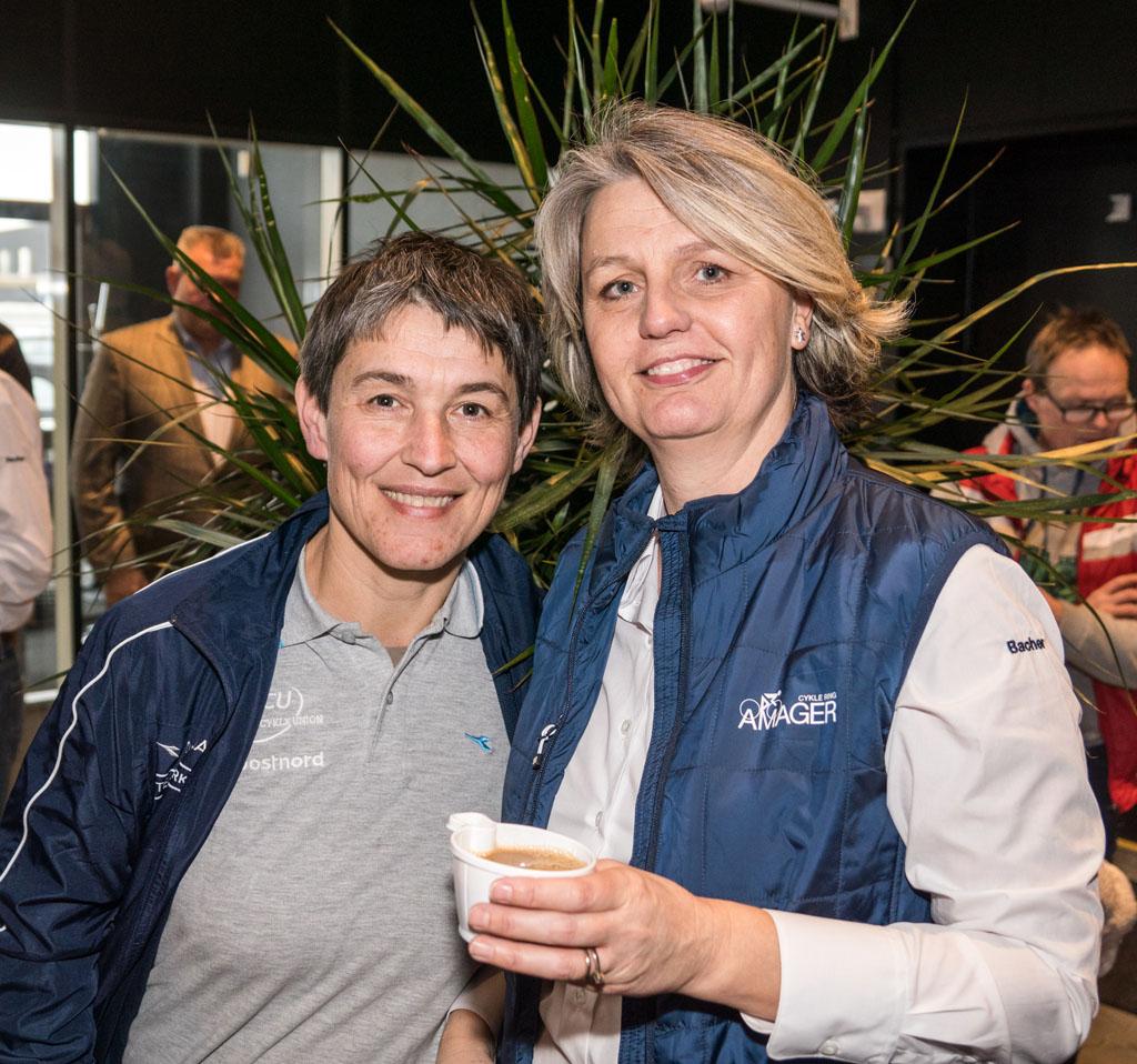 Danmarks Cykle Unions nye pige- og kvindelandstræner, Catherine Marsal, med dameudvalgets Tina Dideriksen.
