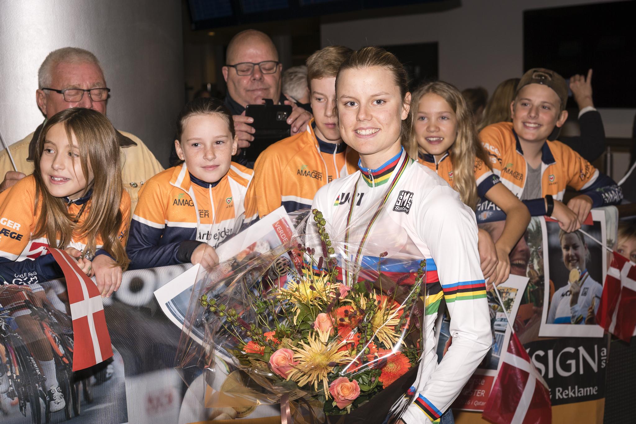 Verdensmesteren Amalie Dideriksen bydes velkommen hjem af medlemmer fra Amager Cykle Ring - foto: Jesper Skovbølle